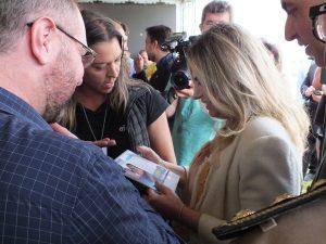 Cida Borghetti recebendo lembrancinha da Afece